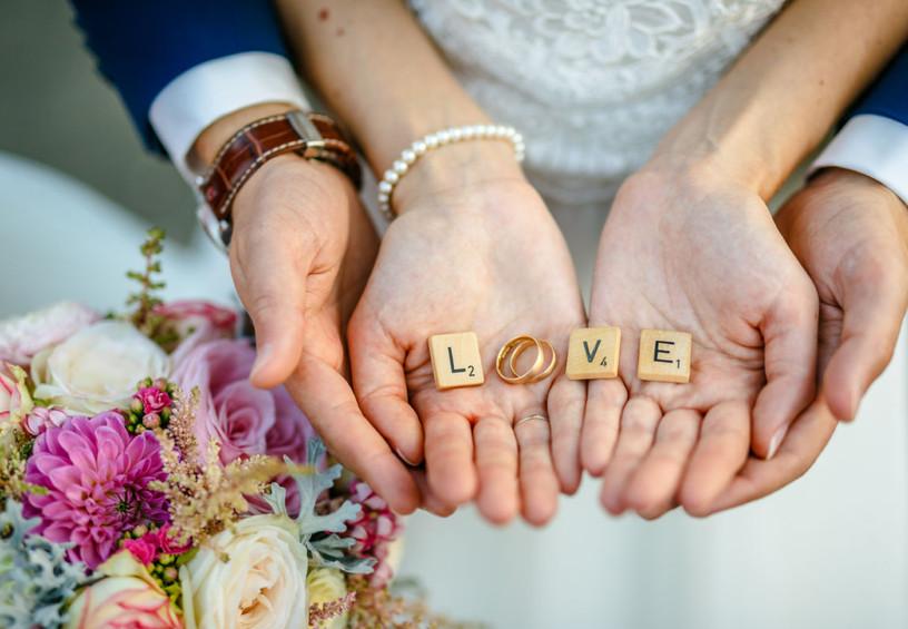 обручальные кольца, руки молодожёнов