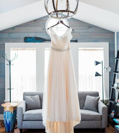 утро невесты, свадебное платье айвори, висит платье невесты, как отпарить платье, органза, фатин