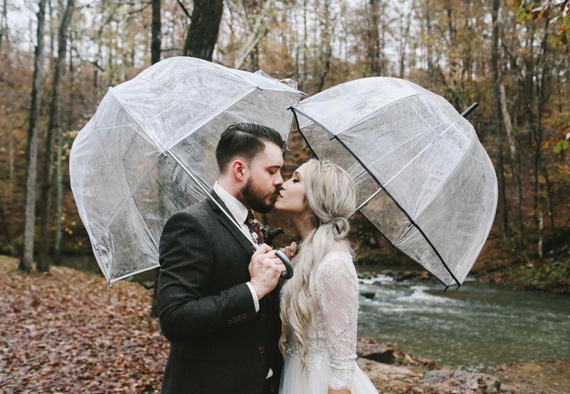 свадьба осенью, дождь на свадьбу, свадебная фотосессия под дождём, жених и невеста с зонтами