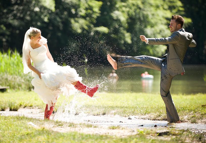 дождь на свадьбу, жених и невеста, фотосессия под дождём, молодожёны, невеста в резиновых сапогах