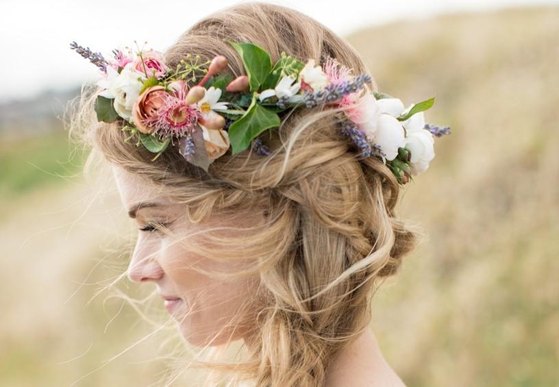 живые цветы в волосах невесты, красивый венок