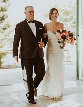 папа ведет невесту