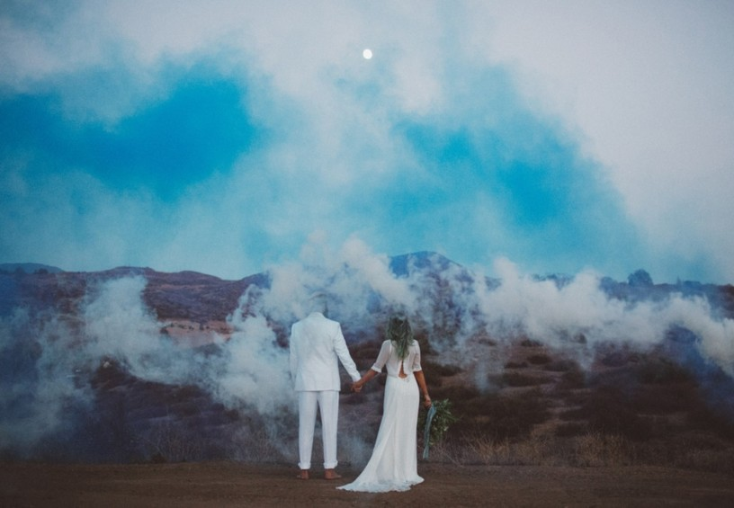 цветной дым для фотосессии, дымовые шашки на свадьбе, цветные дымовые шашки, свадебная фотосессия осенью, свадебные фото, необычные фото со свадьбы