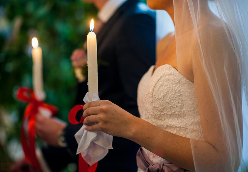 венчание, церковные свечи, жених и невеста в церкви