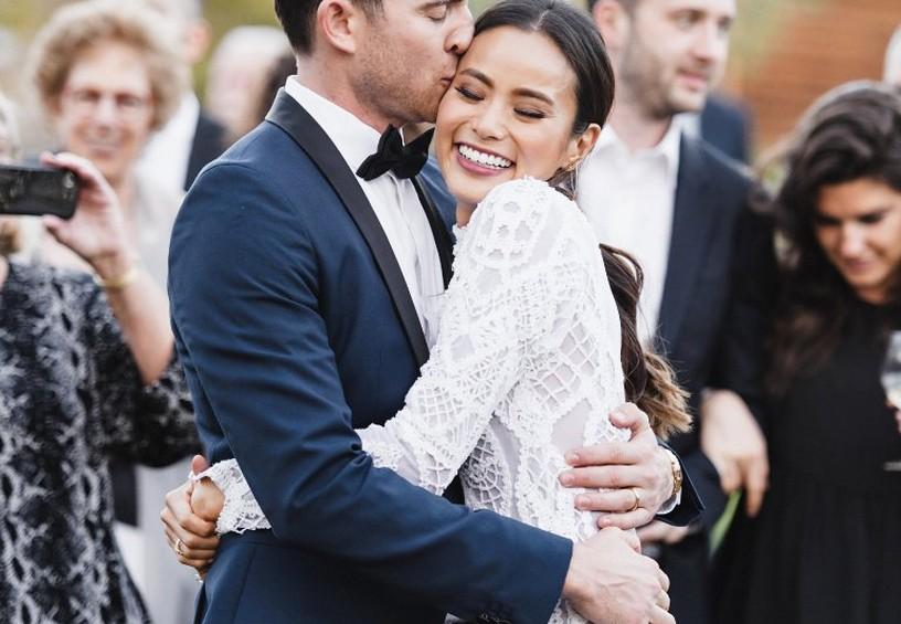 свадебное фото, жених и невеста, жених в смокинге, мужской костюм для жениха