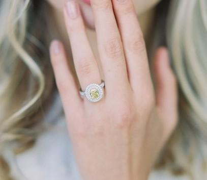 Обручальное кольцо с жёлтым бриллиантом