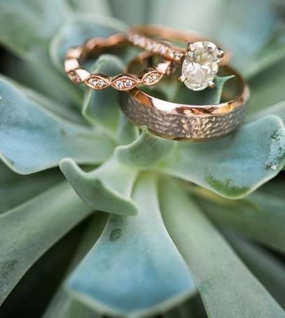 обручальные кольца, свадебное фото колец