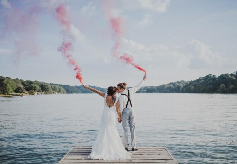 свадьба летняя, цветной дым для фотосессии, дымовые шашки на свадьбе, цветные дымовые шашки, свадебная фотосессия на речке, свадебные фото, необычные фото со свадьбы