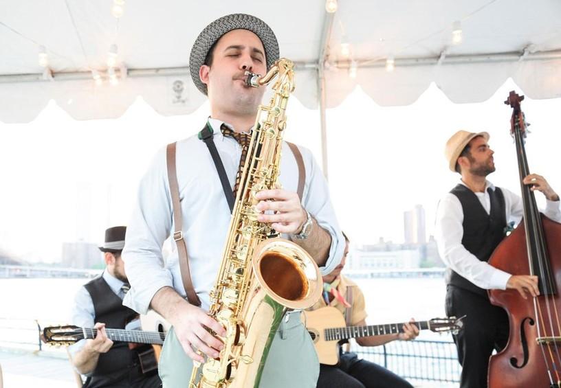 живая музыка на свадьбе, музыканты, саксофонист, бенд, группа, выступление на свадьбе