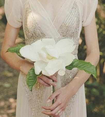 невеста с цветком, свадебный букет из одного цветка, флористика 2019, модный букет невесты, невеста с магнолией