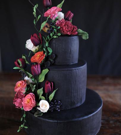 торт чёрный с живыми цветами, свадебный торт, цветы на торте, необычный торт на свадьбу