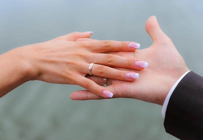 руки молодожёнов, свадебные кольца