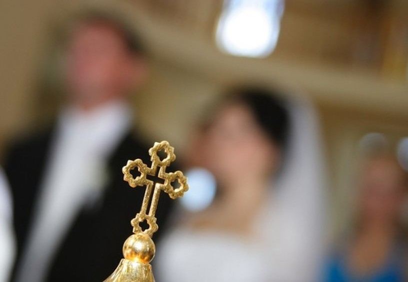 крест, венчание, церковные традиции, молодожёны в храме, священник венчает