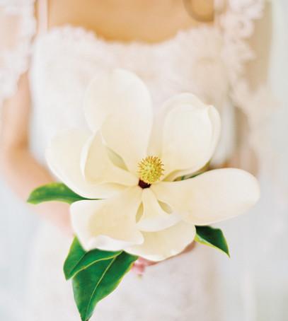 невеста с цветком, свадебный букет из одного цветка, флористика 2019, модный букет невесты, магнолия
