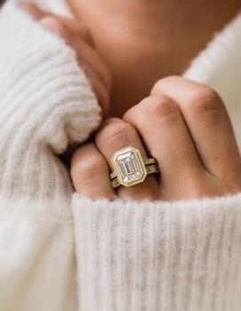 обручальное и помолвочное кольцо вместе