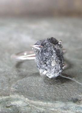 Обручальное кольцо с минералом
