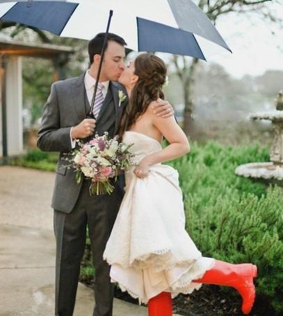 жених и невеста, свадьба под дождём, невеста в резиновых сапогах, поцелуй жениха и невесты