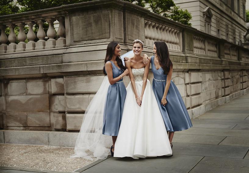 подружки невесты, невеста, свадебное платье с открытыми плечами, голубые платья подружек невесты, две подружки невесты, свадебный день