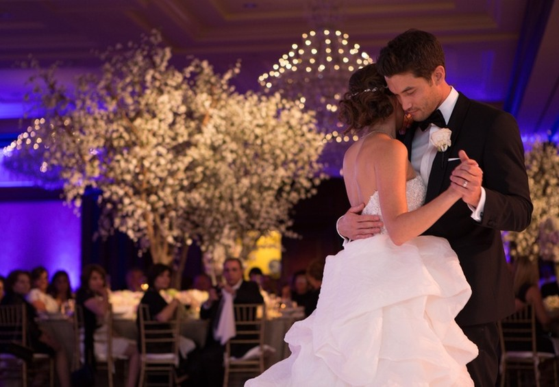 первый танец молодожёнов, свадебный танец, первый танец молодых, жених и невеста танцуют, свадьба, банкет