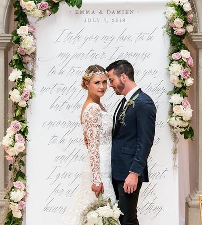 молодожёны, выездная церемония, свадебное фото, фотозона, оформление фотозоны цветами