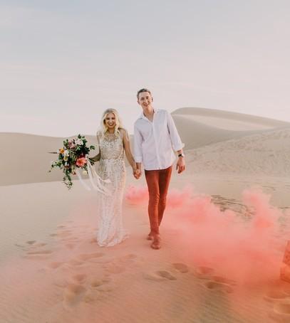 свадьба летом, цветной дым для фотосессии, дымовые шашки на свадьбе, цветные дымовые шашки, свадебная фотосессия на пляже, свадебные фото, необычные фото со свадьбы