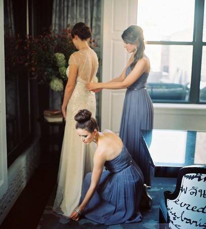 свадебный день, утро невесты, сборы невесты, подружки невесты помогают одеться, невеста и подружки
