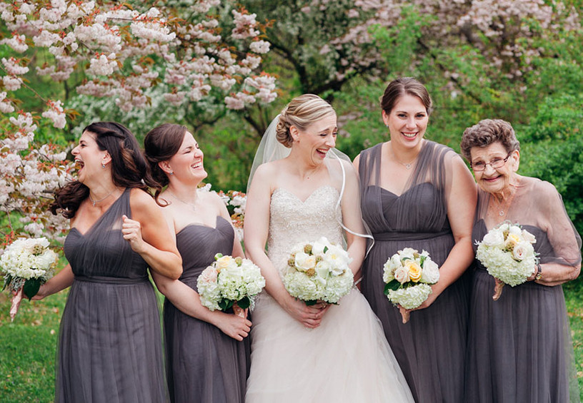 подружки невесты, серые платья подружек невесты, кого можно выбрать в подружки невесты, невеста и её подружки, смех, свадьба, радость, юмор, бабушка подружка невесты