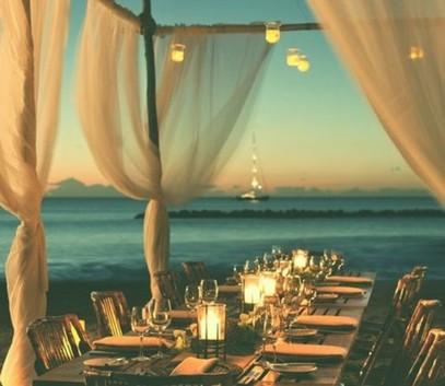 свадебный банкет на берегу моря