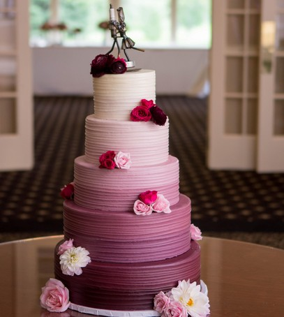свадебный торт омбре, фиолетовый, лиловый, кремовый, многоярусный
