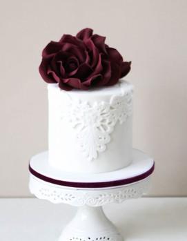 свадьба в бордовом цвете, торт на свадьбу с бордовым цветком
