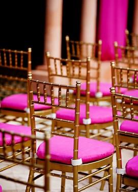 свадьба в цвете фуксия, оформление стульев на свадьбу