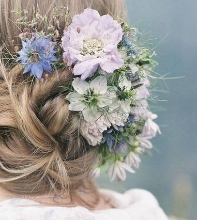 живые цветы в волосах, причёска на длинные и средние волосы, свадебная причёска, невеста