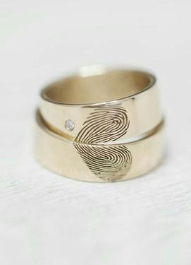 Парные обручальные кольца с гравировкой отпечаток пальцев