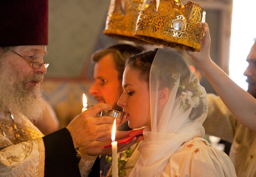 венчание, церковное вино, свадьба верующих, как проходит венчание, священник, молодожёны в церкви