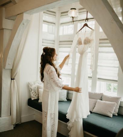 утро невесты, свадебное платье висит, разгладить свадебное платье, кружевное платье невесты, как отпарить свадебное платье самостоятельно