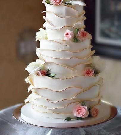 торт свадебный гофре, нежный торт, изящный белый торт на торжество