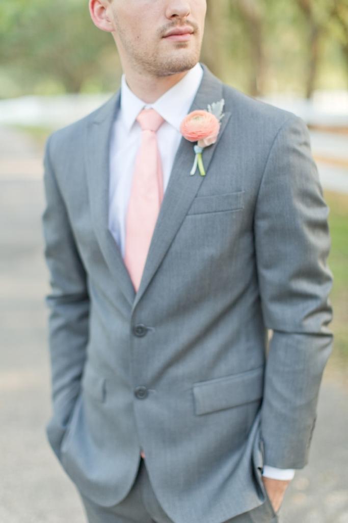 e0df39ff пиджак жениха, розовый галстук, светлый мужской костюм