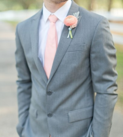 пиджак жениха, розовый галстук, светлый мужской костюм