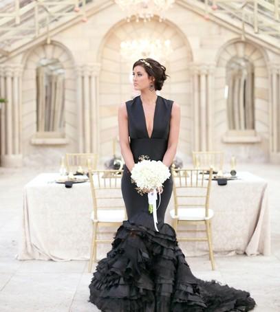 свадебное платье русалка, чёрное платье на свадьбу, свадьба, невеста с букетом, невеста в чёрном платье