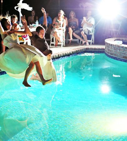 свадьба маленькой компанией,свадьба на даче, бассейн