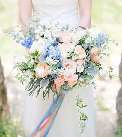 букет невесты в розово-голубых цветах
