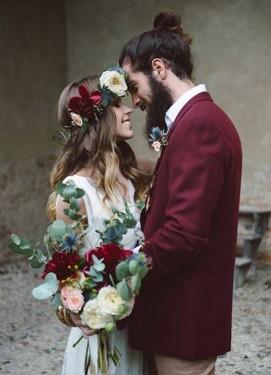 свадьба в бордовом цвете,бордовый пиджак жениха