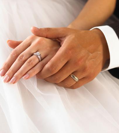 кольца на руках молодожёнов, жених и невеста