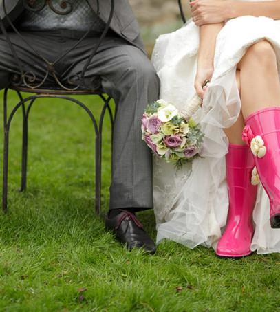 резиновые сапоги для невесты, дождь на свадьбу, мокрые ноги