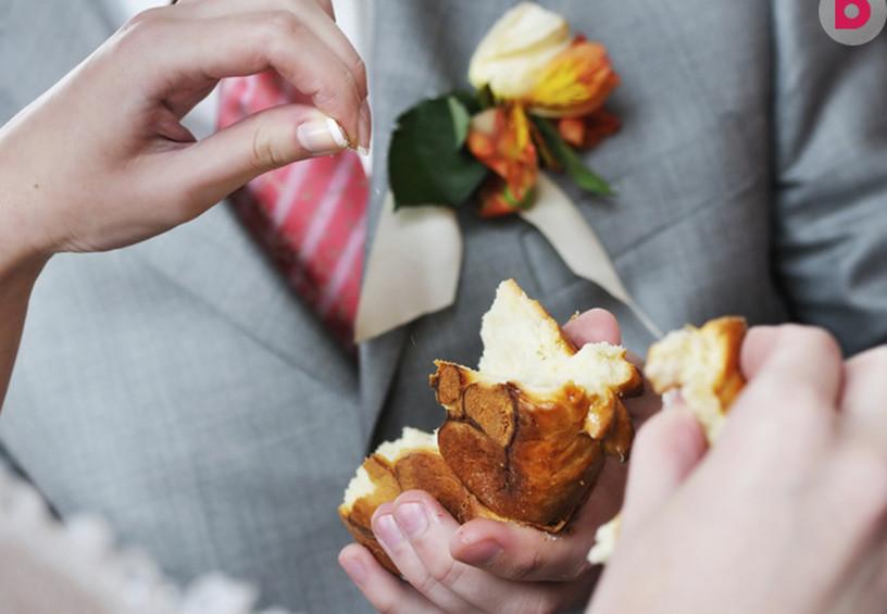 каравай на свадьбе, жених и невеста ломают каравай, свадебные традиции каравай, кто вручает каравай