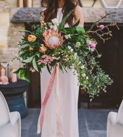 букет невесты 2019, асимметричный свадебный букет, тренды свадебной флористики, большой букет невесты