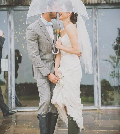 Красивые свадебные фотографии под дождём