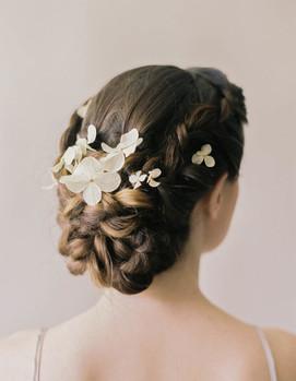 прическа с цветами для невесты