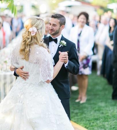 первый танец молодожёнов, свадебный танец, первый танец молодых, жених и невеста танцуют, свадьба на природе, банкет на улице