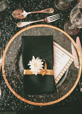 Чёрно-золотая свадьба идея сервировки